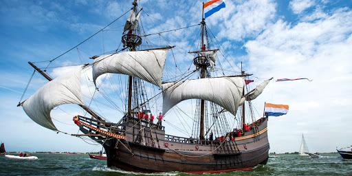 HOORN - VOC-replica de Halve Maen vaart onder grote belangstelling de haven van Hoorn binnen. ANP REMKO DE WAAL